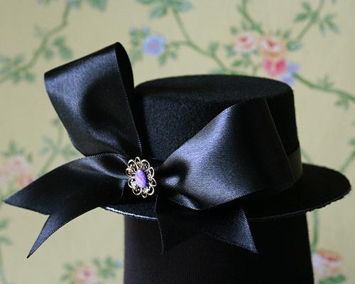 Palariuta neagra cu brosa violet